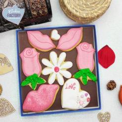 caja galletas personalizadas San Valentin besos y flores rosa